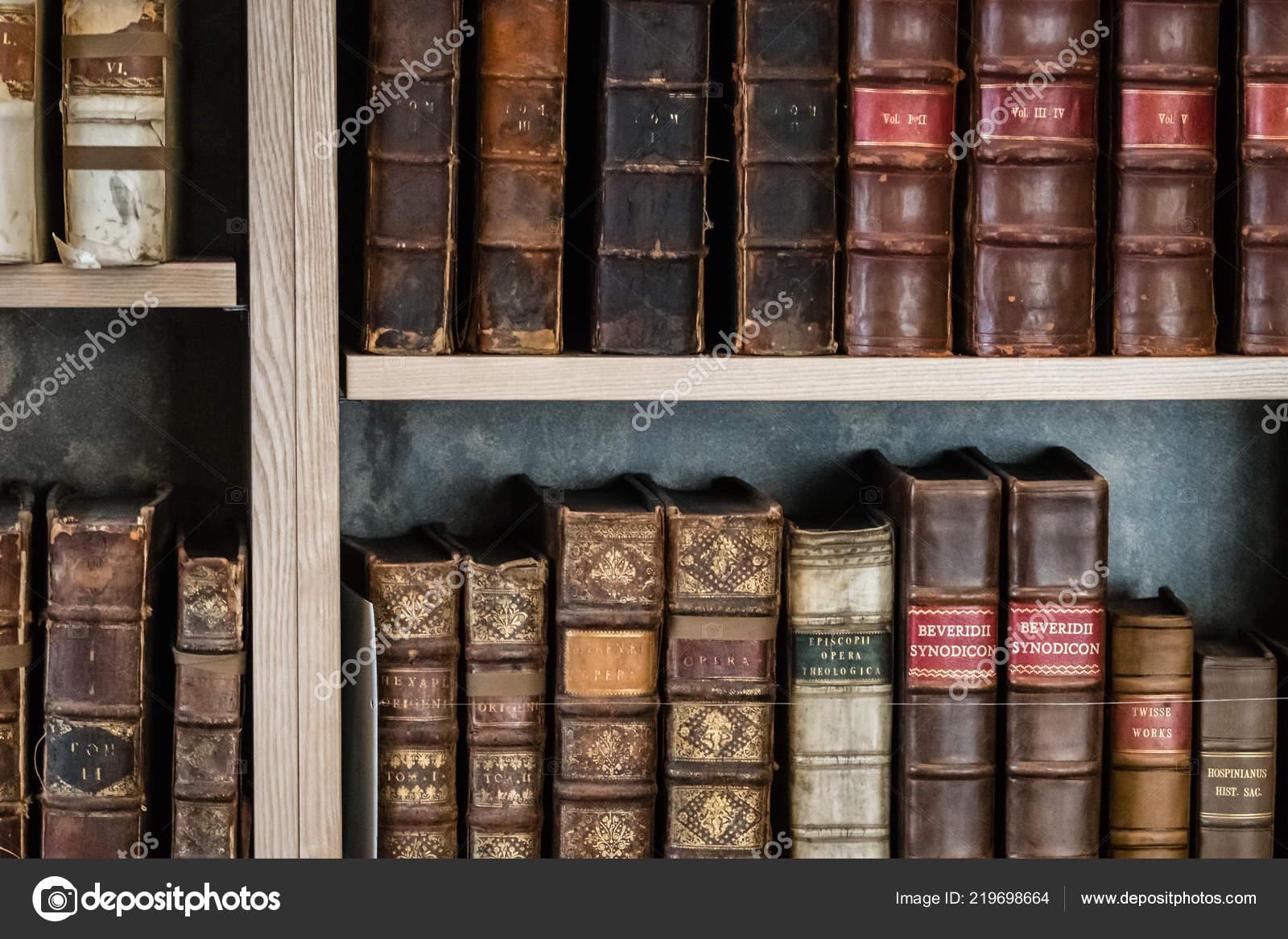 rangee de livres anciens de durs et broches sur etagere dans une bibliotheque image de pawopa3336
