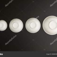 Ceramic Kitchen Top French Country Accessories 厨房和餐厅 餐具盘子 图库照片 C Warloka 202606336 一套陶瓷厨房杯子倒在黑色背景上 顶部视图 照片作者warloka
