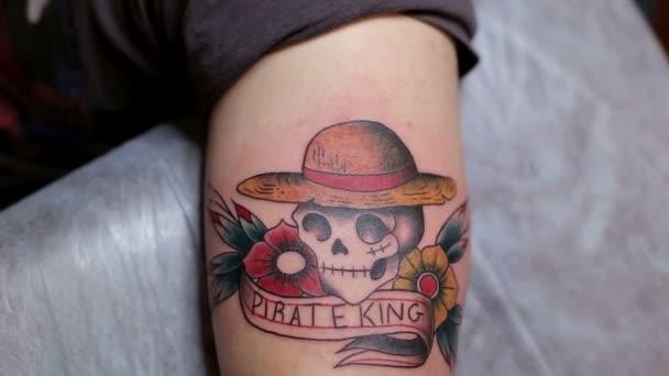 Primer Plano Del Tatuaje Con Una Calavera En La Mano Del Hombre