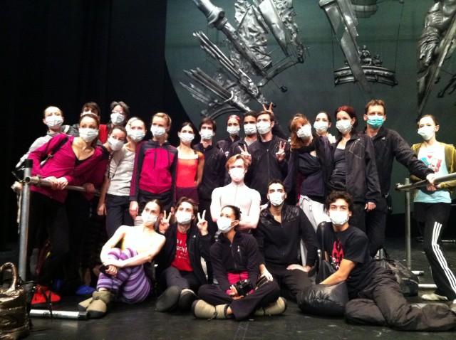 Die Compagnie heute vor der ersten TSCHAIKOWSKY-Vorstellung... Beim Versuch, sich gegen die Grippe zu schützen, die bereits um sich gegriffen hat.