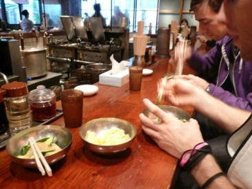 Aymeric Mosselmans isst Sushi.