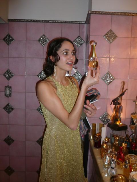 Dinner bei NBS (Japan Performing Arts Foundation): Sarah Mestrovic mit einem der vielen Parfüme im Badezimmer der NBS.