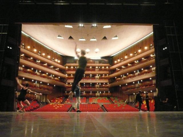 Training auf der Bühne von Bunka Kaikan, Sven Seidelmann im Sprung.