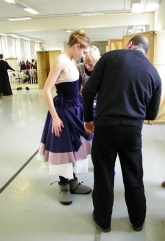 Camille Proust steht am einen Ende des Ballettsaals.