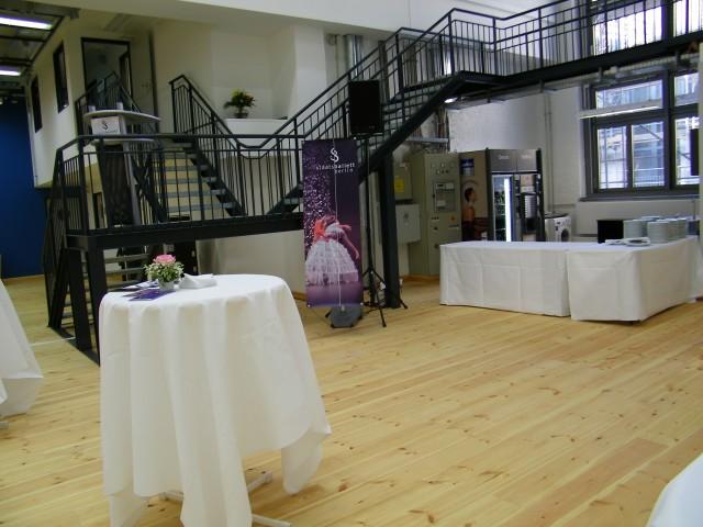 Die dekorierten Tische und das Rednerpult.