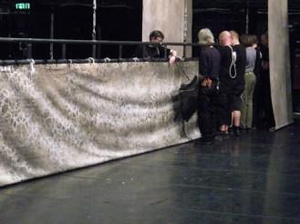 ... während hinter der Bühne die Vorbereitungen stattfinden.