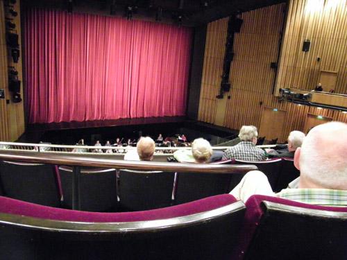Blick vom ersten Rang auf die Bühne, bzw. auf den Vorhang. ;-)