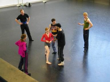 Arshak gibt seinen Kollegen Tipps. Ballettmeisterin und Choreologin Korina Stolz-Franke beobachtet das Treiben.