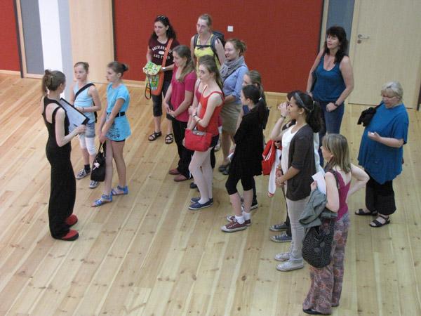 Tanzpädagogin Kathlyn Pope führt die Teilnehmer durch das Foyer de la danse.