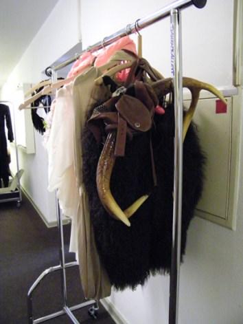 Kostüme vor der Garderobe, zum Beispiel der Kopfschmuck...