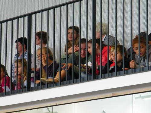 ... nach oben zur Galerie, wo die Zuschauer sitzen.
