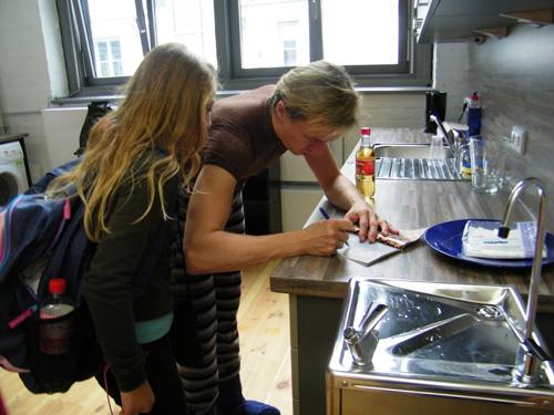 Vladimir und eine Schülerin bei der Autogrammübergabe.