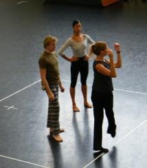 Die türkische Choreographin erklärt den beiden die Schritte.