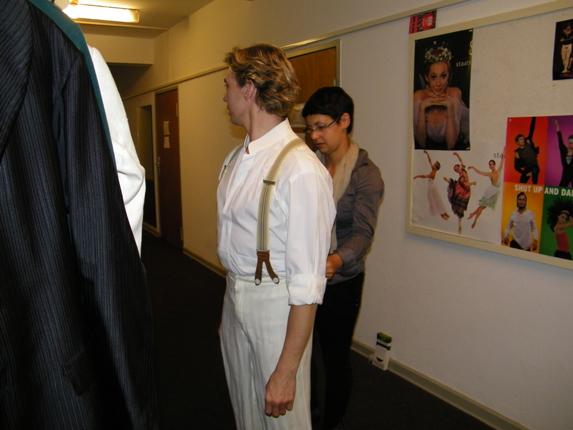 Vladimir im Kostüm auf dem Flur vorm Studio.