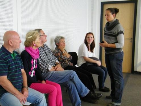 Alexandra van Veldhoven (Koordinatorin des Freundeskreises sowie unserer Educationabteilung) erklärt den interessierten Zuschauern etwas.