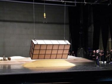 ... ergießt sich auf die Bühne.