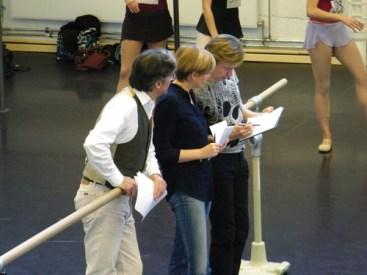 Die Ballettmeister Tomas und Barbara im Gespräch mit Vladimir.