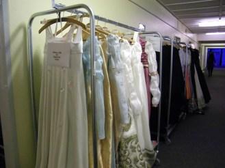 Kostüme vor den Garderoben.