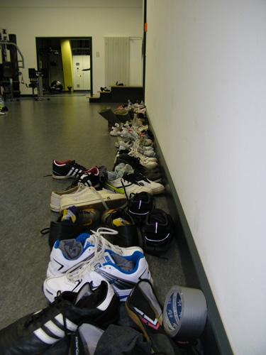 Schuhberge vor dem Ballettsaal.