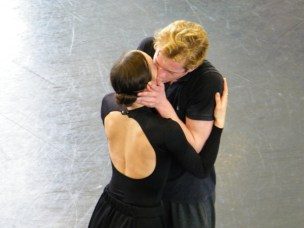 Ein inniger (Proben-)Kuss zwischen Olga & Lenski: Krasina Pavlova & Alexej Orlenco