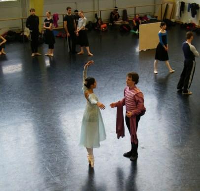 Julia und Romeo treffen sich auf dem Ball.