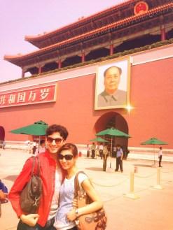 Kevin Pouzou und Marina Kanno vor dem Porträt von Mao Zedong, mit Blick auf den riesigen Platz des Himmlischen Friedens.