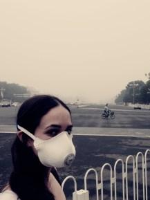 Smog in Peking - Sarah Mestrovic mit Maske.