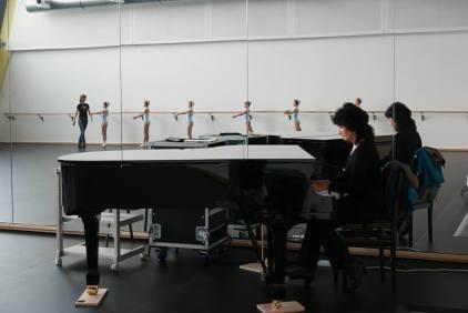 Pianistin Galina Goschke begleitete das morgentliche Training.