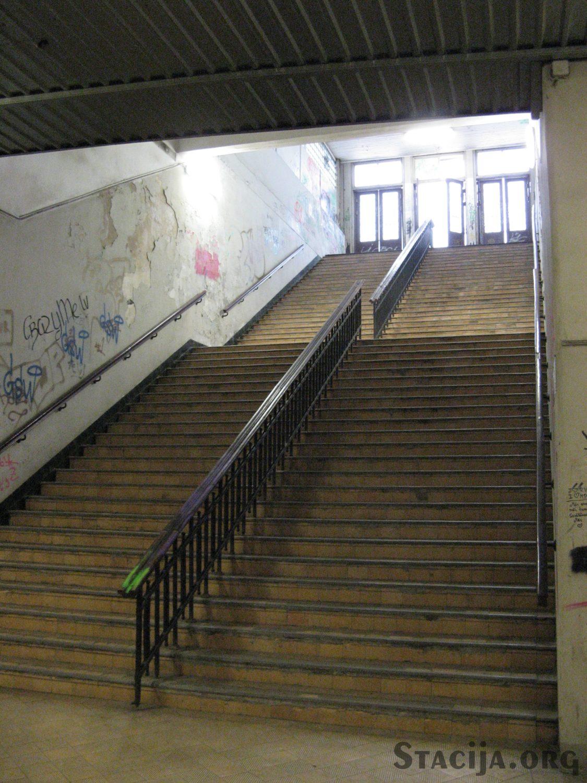 Dzirnavu / Turgeņeva kāpnes uz peroniem