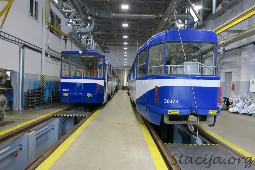 Tramvaji virs remonta bedres. Kantainie tramvaji (pa kreisi) 5. tramvaju depo neuzturas, tos tur tikai remontē.