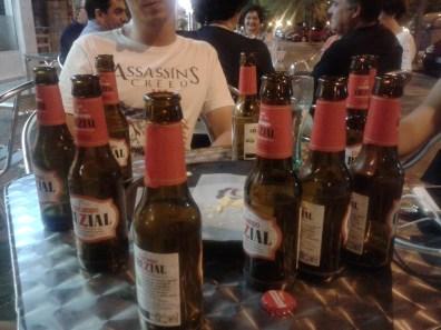 Nieśmiertelny tutaj napój - miejscowe piwo Cruzcampo - absolutnie nie polecam