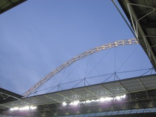The floodlit arch way above. (Photo: Stadiafile)