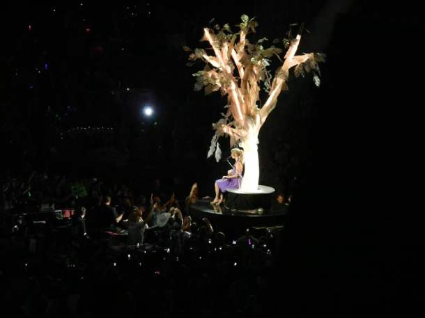 taylor swift b-stage from her speak now tour