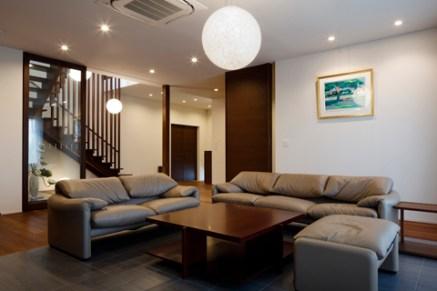 玄関と階段と一体的なリビングルームの内観写真