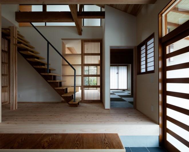 光が差込む階段を中心とした回遊動線が建物全体を繋ぎます