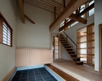 半外部空間として使用できる土間のある玄関。趣味の作業スペースとしての機能も持つ。