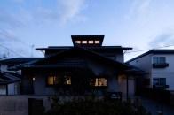 ハイサイドライトが加えられた戸建て住宅のリノベーション 夜景外観