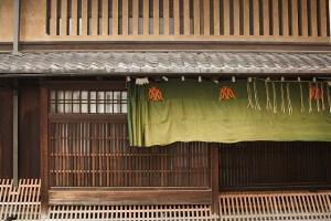 Machiya med noren och gallerfönster. (Foto: mrhayata)