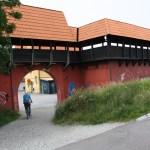 Ringmuren vid Jakriborg fungerar som bullerplank mot järnvägen. Klottras det er här än på ringmuren i Visby? Foto: Ulf Liljankoski.