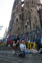 I vätan på att komma in på Sagrada Família kan muren användas som en sittplats. Foto: Ulf Liljankoski