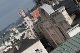 Blick vom Mönchsberg in die Straßen Salzburgs