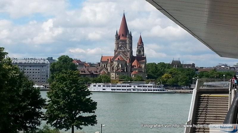 Mexikokirche in Wien / 2. Bezirk - Blick von der Donauinsel