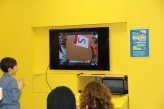 Auf dem Bildschirm verfolgen die Kinder das Geschehen mit und lotsen den Kameraträger durch die Hindernisse.