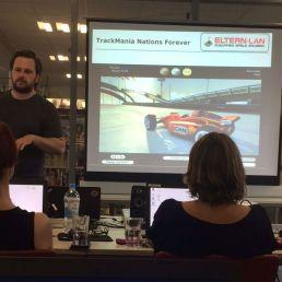 Das Rennspiel TrackMania wird erklärt.