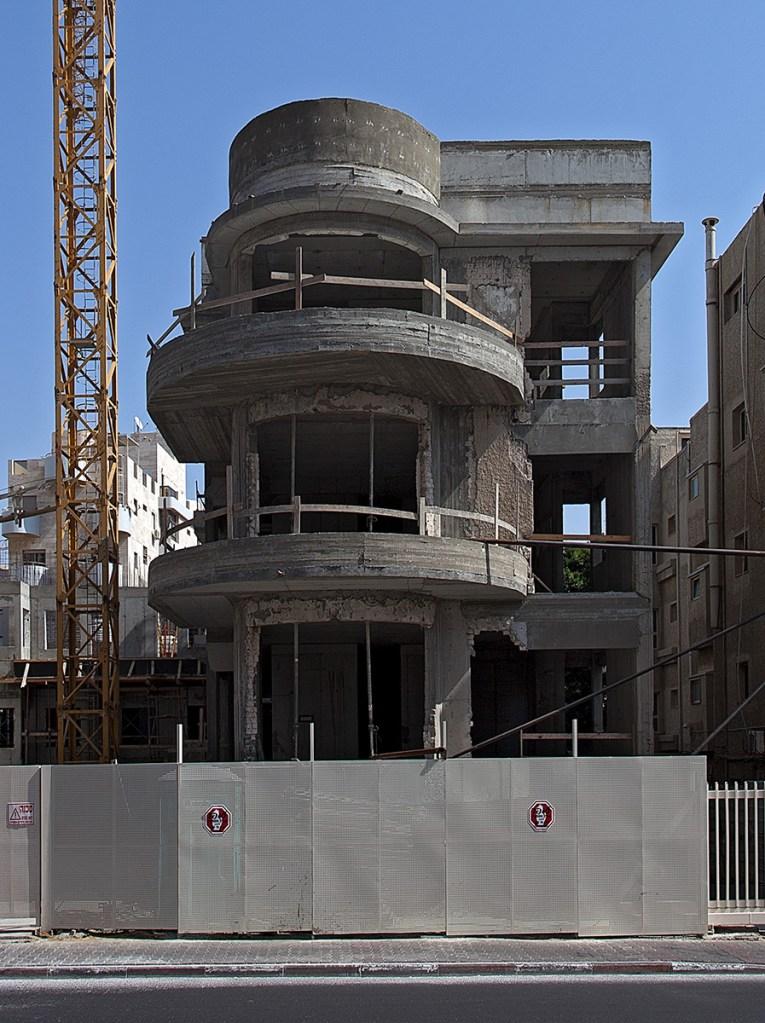 Rohbau eines Hauses im Bauhaus-Stil mit runden Balkonen.