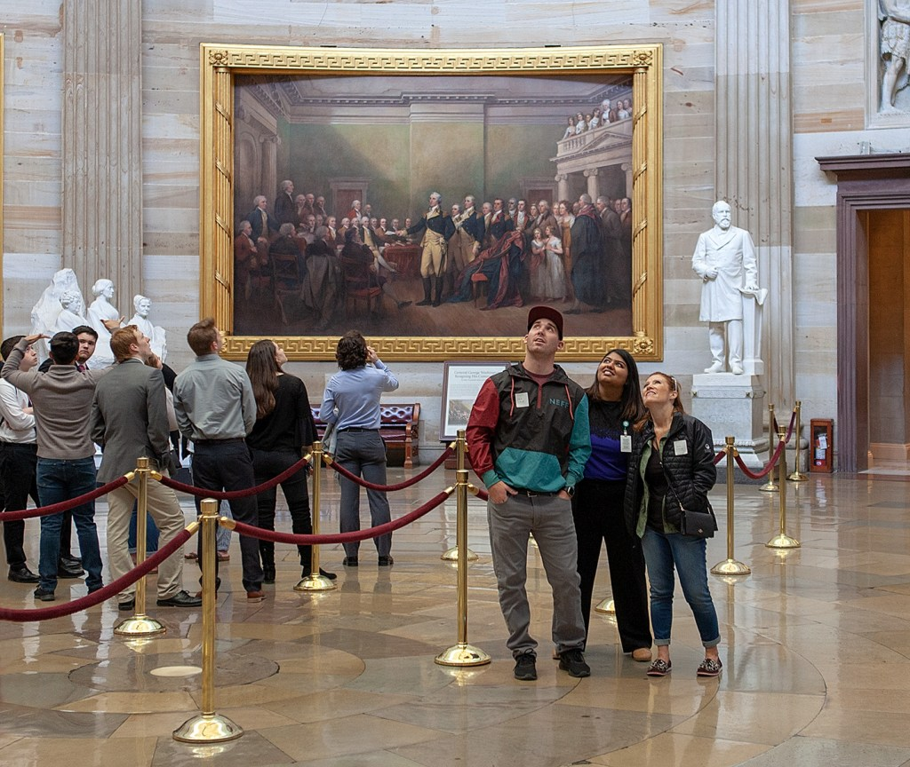 Menschen in der Runde, die sich Bilder ansehen