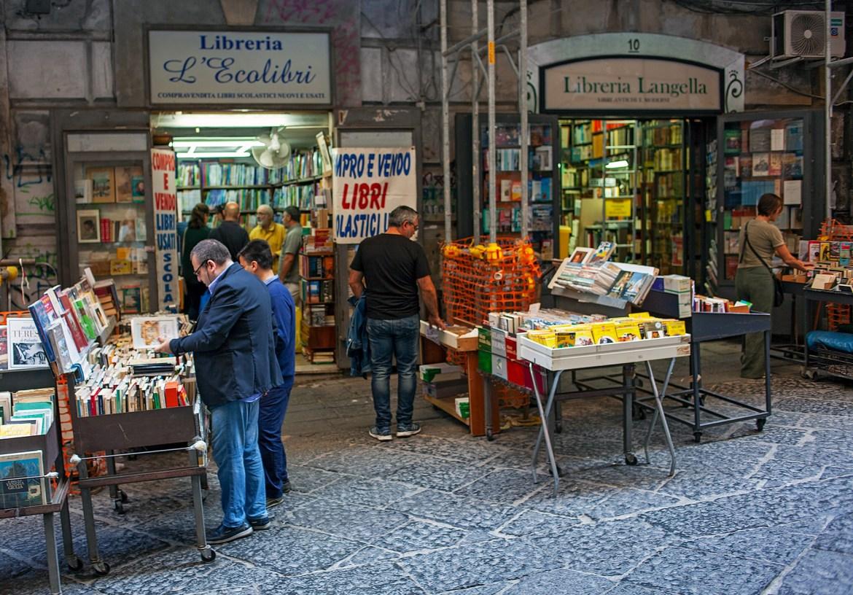 Vor einer Buchhandlung