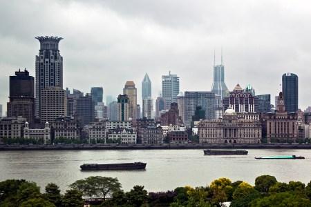 Blick über den Fluss Huangpu auf das alte Shanghai