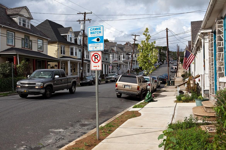 Straße mit parkenden Autos