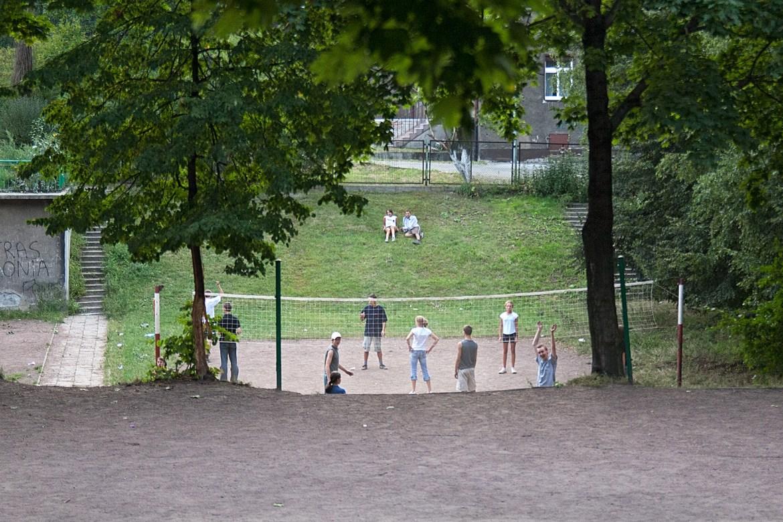 Jugendliche spielen Volleyball